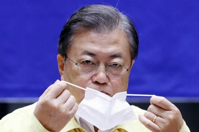 문재인 대통령이 마스크를 착용하고 있다. (사진=연합뉴스)