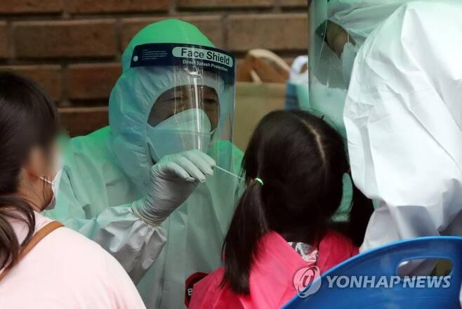 코로나19 검사받는 유치원생들  ※ 본 사진은 기사와 직접적인 관련이 없습니다. [연합뉴스 자료사진]
