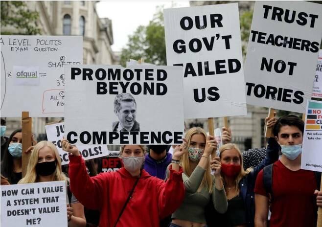 영국의 고교생과 교사들이 지난 15일(현지시각) 런던 교육부 청사 앞에서 인공지능에 의한 학점 혼란 사태에 항의하며 가빈 윌리엄슨 장관의 사퇴를 요구하고 있다. 로이터 연합뉴스