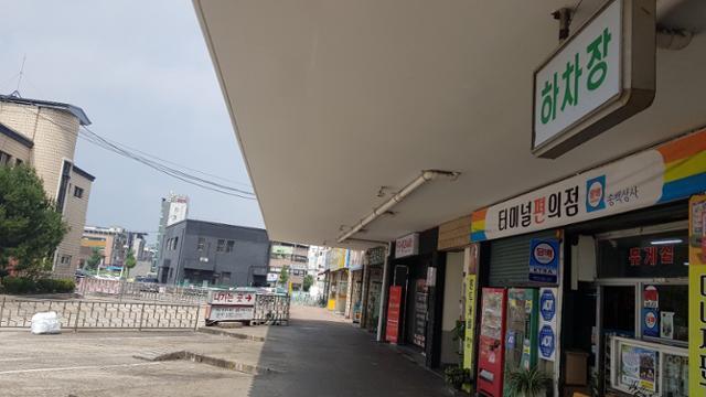 구미시외버스터미널 하차장이 터미널을 통과하지 않아도 되는 외부에 있어 열체크 없이 외부로 나갈 수 있다. 박용기 기자 ygpark@ hankookilbo.com