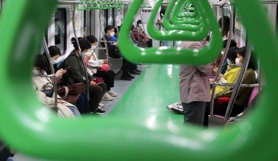 지난 5월 서울 지하철 2호선 열차에 마스크를 착용한 시민들이 탑승해 있다. 연합뉴스