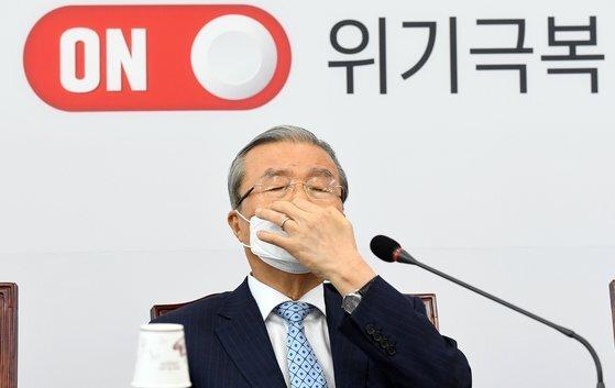 미래통합당 김종인 비상대책위원장이 24일 국회에서 열린 비상대책위원회의에서 잠시 생각에 잠겨 있다. 연합뉴스