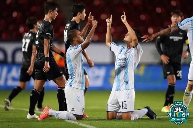 ▲ 23일 성남 탄천종합운동장에서 열린 2020 하나원큐K리그 성남과 경기에서 선제골을 넣고 세리머니하는 울산 주니오 ⓒ한국프로축구연맹