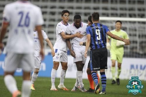 수원 헨리(왼쪽에서 두 번째)가 22일 인천전에서 무고사와 신경전을 펼치고 있다. 제공 | 한국프로축구연맹