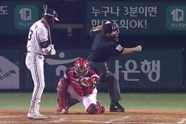이용혁 심판의 삼진콜 모션. MBC스포츠+ 중계 화면 캡쳐