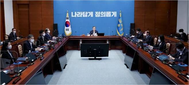 25일 오전 청와대 여민관에서 영상 국무회의가 진행되는 모습(사진=청와대 제공)