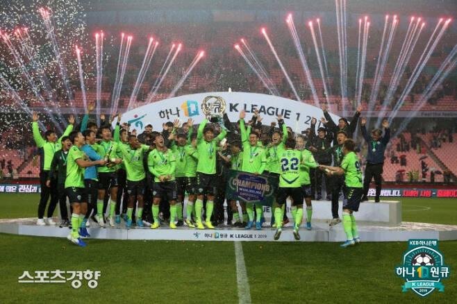 지난해 12월1일 2019 하나원큐 K리그1 최종전 강원 FC와 경기에서 1-0으로 승리하고 울산 현대에 다득점에서 앞서 우승한 전북 현대 선수들이 우승 세리머니를 하고 있다.  프로축구연맹 제공