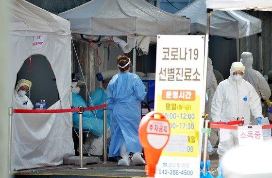 대전 서구보건소 코로나19 선별진료소에서 의료진들이 검사하고 있다. 프리랜서 김성태