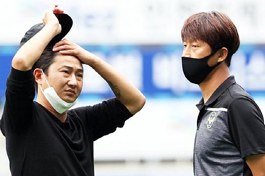 8월 9일 전력강화실장직을 내려놓은 이천수(사진 왼쪽)(사진=한국프로축구연맹)