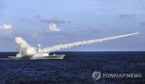 남중국해 인근에서 중국 함정이 대함 미사일을 발사하는 장면 [AP=연합뉴스 자료사진]