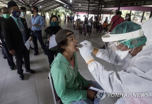 코로나19 검사하는 인도네시아 의료진 [AP=연합뉴스]