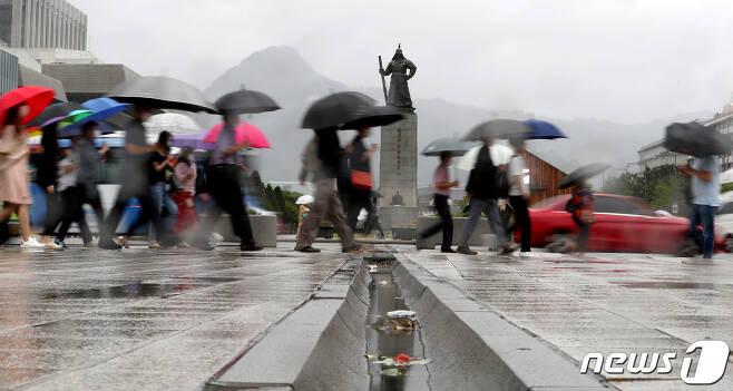 27일 오전 서울 세종대로 광화문광장 인근에서 우산을 쓴 시민들이 출근길 발걸음을 재촉하고 있다. 2020.8.27/뉴스1 © News1 이동해 기자
