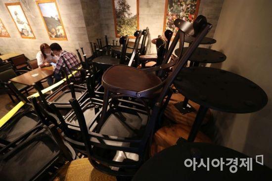신종 코로나바이러스 감염증(코로나19) 확산세가 이어지고 있는 26일 서울 중구 스타벅스 매장에 탁자와 의자가 구석에 쌓여 있다. /문호남 기자 munonoam@