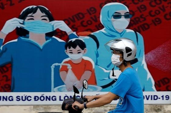 베트남 하노이에 설치돼있는 코로나 바이러스 (COVID-19) 확산 방지 간판/사진=로이터