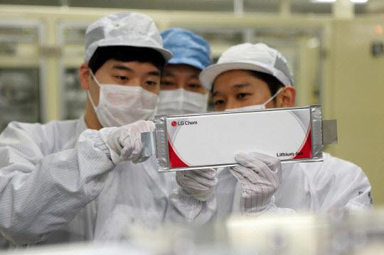 LG화학 충북 오창공장에서 연구원들이 전기차 배터리를 점검하고 있는 모습.