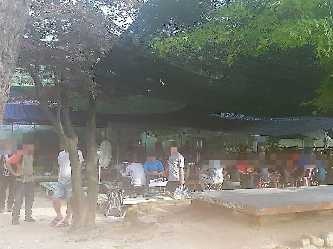 30일 오후 북한산 인근 식당에서 거리를 두지 않고 식사하는 모습 [독자 제공. 재판매 및 DB 금지]