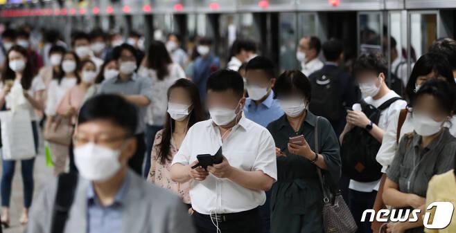 신종 코로나바이러스 감염증(코로나19) 재확산으로 인한 사회적 거리두기 2.5단계로 강화된 가운데 31일 서울 종로구 광화문역에서 마스크를 쓴 시민들이 출근하고 있다. 서울시는 오는 6일까지를 '천만시민 멈춤주간'으로 선포했다. 2020.8.31/뉴스1 © News1 허경 기자