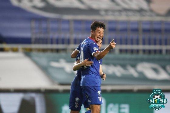 수원 염기훈이 지난 29일 부산전 팀의 세 번째 골을 넣고 환호하고 있다. 한국프로축구연맹
