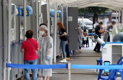 정부가 코로나19 대규모 확산을 억제하기 위해 30일 0시부터 내달 6일까지 수도권 내 위험시설에 대한 방역조치를 강화한 30일 서울의 한 보건소 선별진료소에서 시민들이 검사를 받고 있다. 뉴시스