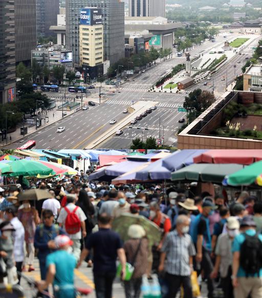 서울시가 오는 9월6일까지 일주일 간을 '천만시민 멈춤 주간'으로 운영한다고 30일 밝힌 가운데 서울 광화문 광장 인근은 인적과 차량이 드문 반면 황학동 벼룩시장은 물건을 사고 파는 시민들로 붐비고 있어 대조적이다. 뉴스1