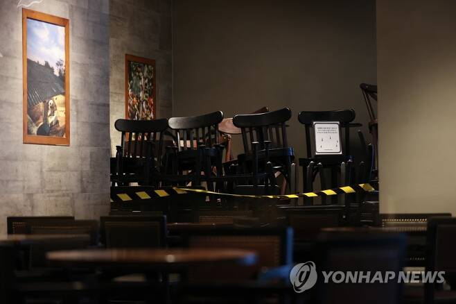 '매장 내 취식 금지' 프렌차이즈 카페에 쌓인 의자들 ※ 본 사진은 기사와 직접적인 관련이 없습니다. (특정 브랜드와 무관함) [연합뉴스 자료 사진]