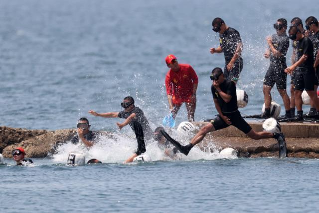 지난 7월 경북 포항시 남구 앞 바다에서 해병대원들이 전투 수영 훈련을 위해 바다로 뛰어들고 있다. 뉴스1