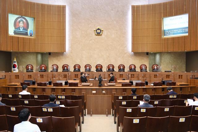 김명수 대법원장과 대법관들이 서울 서초구 대법원에서 열린 전원합의체 선고를 하기 위해 착석한 모습. /사진제공=대법원