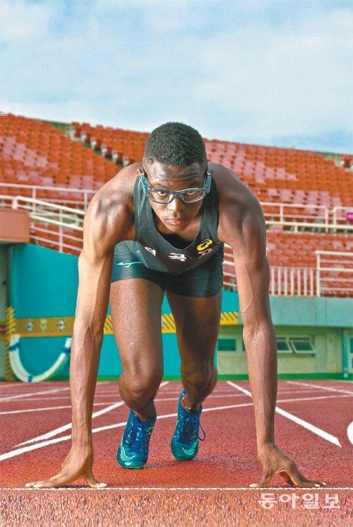 지난해 4월 첫 공식 대회에서 11초14를 기록했던 비웨사 다니엘 가사마(안산 원곡고 2)는 올 7월 KBS배 육상대회 남고부 100m에서 10초69로 첫 우승을 신고한데 이어 8월 추계중고육상대회에서는 2관왕(남고부 100m, 400m 계주)에 올랐다. 평소 훈련하는 안산 와스타디움에서 출발 자세를 하고 있는 다니엘. 안산=양회성 기자 yohan@donga.com