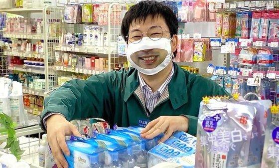 일본 유에노에 있는 할인매장 타케야의 직원이 스마일 마스크를 착용하고 있다. [유튜브 캡처]
