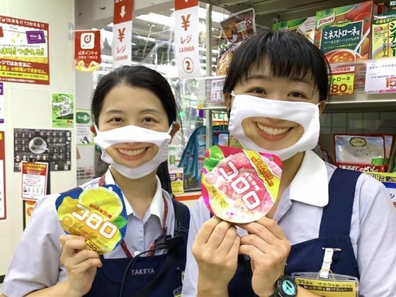 스마일 마스크를 착용한 타케야의 두 직원. [유튜브 캡처]