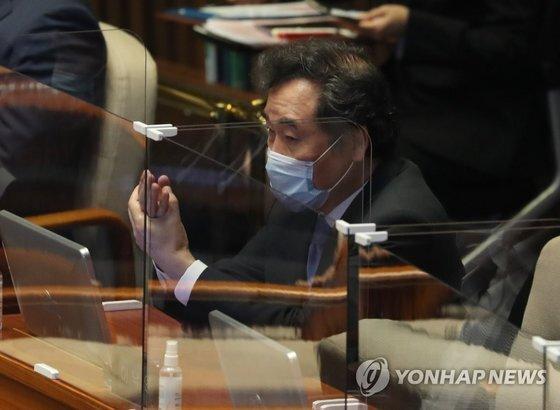 이낙연 민주당 대표가 1일 오후 국회 본회의장에 열린 정기국회 개회식에서 자리에 앉아 손소독을 하고 있다. [연합뉴스]