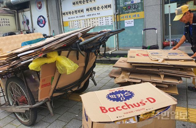 80대 최모씨가 1일 서울 은평구 한 길목에서 폐지를 리어카에 실어 나르고 있는 모습. 강보현 기자