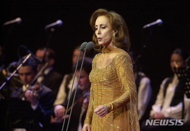 [베이테딘=AP/뉴시스] 레바논의 국민 여가수 페이루즈가 지난 2002년 베이테딘의 한 공연장에서 노래를 하는 모습. 그의 노래 '레바논을 위하여'는 최근 베이루트 폭발 사고 후에도 곳곳에서 흘러나오며 국민의 불안을 잠재우고 있다. 2020.9.2.