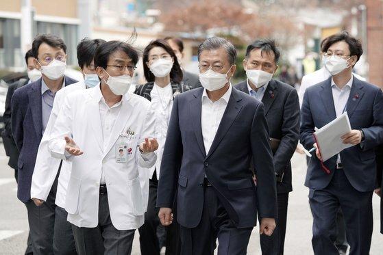 문재인 대통령은 지난 1월 코로나19 점검을 이유로 국립중앙의료원을 방문했다. 이후 지난 달에도 다시 찾았다.
