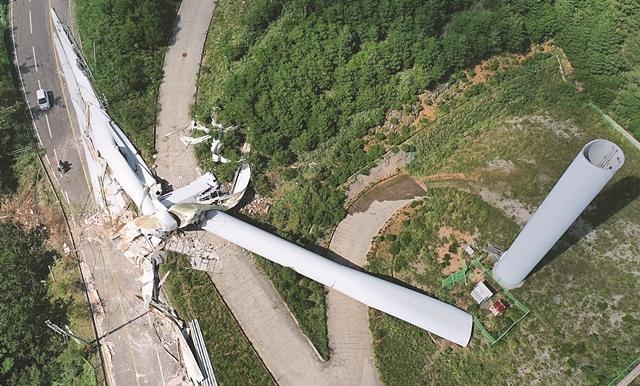 제9호 태풍 '마이삭'이 휩쓸고 간 경남 양산 에덴밸리리조트 인근 풍력발전기가 3일 강풍을 견디지 못해 쓰러져 있다. 이번 태풍으로 전국 29만4169가구가 정전 피해를 입었고, 4명의 사상자가 발생했다. 연합뉴스