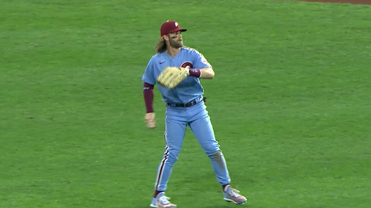 하퍼는 이 상태에서 곧바로 1루로 송구했다(사진=MLB.com)