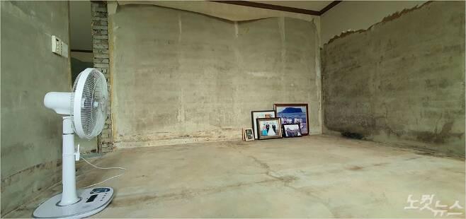 남원 하도마을에 사는 오정자(64) 씨는 침수된 집에서 간신히 가족사진만 건졌다. (사진= 남승현 기자)