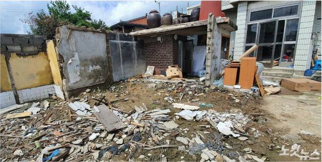 상귀마을에 사는 이학술(57)씨는 한 달 전 집이 무너졌지만 아직도 손도 못 대고 있다. (사진= 남승현 기자)