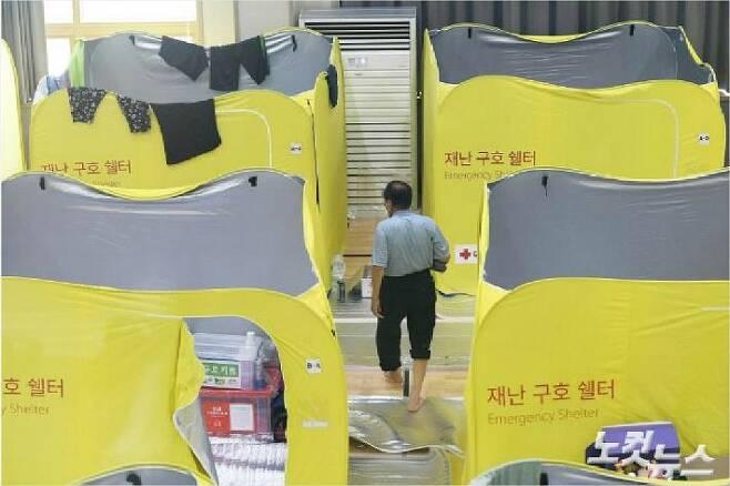 지난 달 12일 전북 남원시 금지면 금지문화누리센터에 마련된 대피소에서 주택 침수로 보금자리를 잃은 이재민들의 모습. (사진= 이한형 기자)