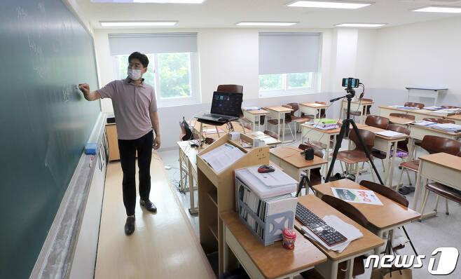 대학수학능력시험을 90여일 앞둔 31일 서울 성북구 종로학원에서 강사가 재원생들을 대상으로 실시간 원격수업을 하고 있다. © News1 구윤성 기자