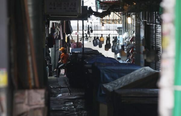 6일 오후 서울 중구 남대문시장이 한산한 모습을 보이고 있다. 필요한 물건을 사러 나온 시민들과 간혹 외국인 관광객을 찾아볼 수 있다. 백소아 기자 thanks@hani.co.kr