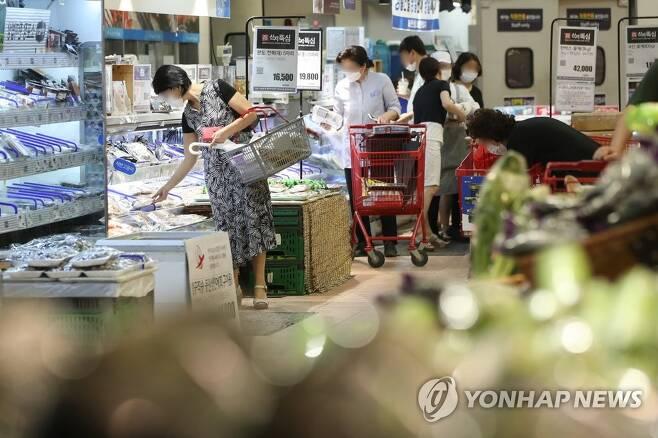 마트에서 장 보는 시민들 지난 9월 2일 서울 시내 한 대형마트 농축산물 판매대 모습[연합뉴스 자료사진]