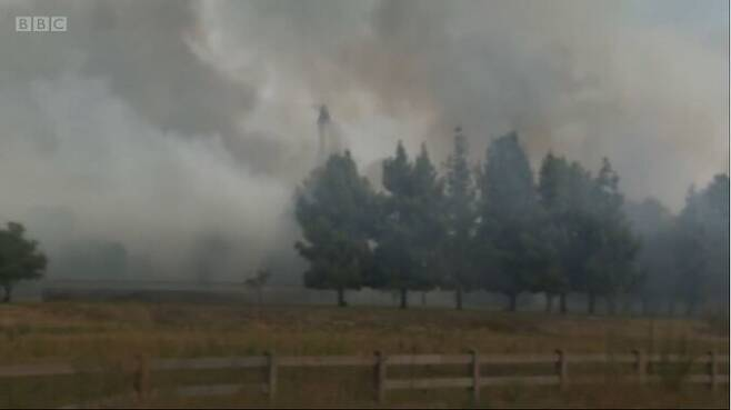 캘리포니아에서 번지고 있는 역대 최대 산불로 인한 연기가 주거지까지 퍼지고 있다. <비비시>(BBC) 화면 갈무리