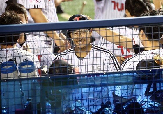 LG 박용택이 지난 3일 열린 NC전 8회 말 2사 1,3루 때 3점 홈런을 친 후 동료들과 함께 기뻐하고 있다. 연합뉴스 제공