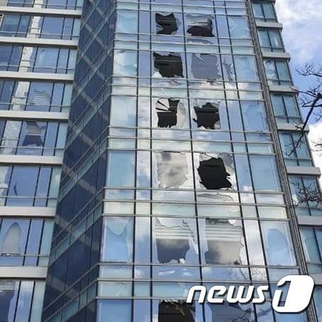 태풍으로 유리창이 깨진 아파트.2020.09.03.(부산경찰청 제공) © 뉴스1