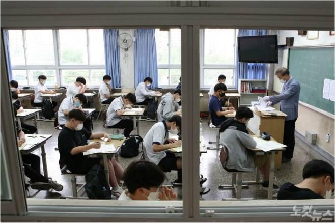 서울 여의도고등학교에서 학생들이 시험을 치르고 있다. 이한형기자