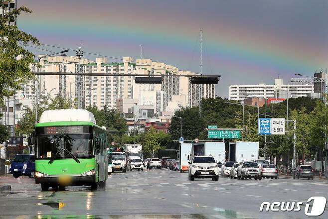 가을을 재촉하는 비가 내린 지난 9일 오후 서울 송파구 일대에 무지개가 떠 장관을 연출하고 있다. 2020.9.9/뉴스1 © News1 이동해 기자