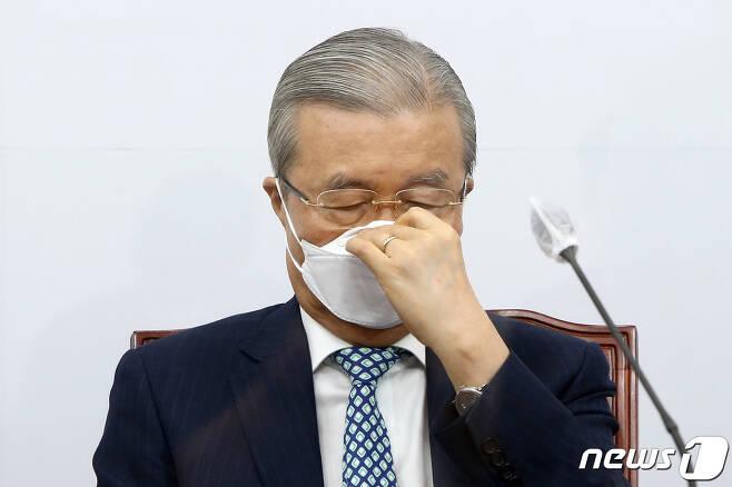 김종인 국민의힘 비대위원장이 9일 국회에서 열린 비상대책위원장-중진의원 회의에서 마스크를 고쳐 쓰고 있다. 2020.9.9/뉴스1 © News1 성동훈 기자