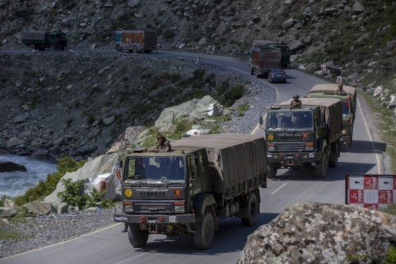 인도군 호송대가 9일 카슈미르의 라다크 도로를 따라 이동하고 있다. 중국과 인도는 지난 5월부터 이 지역에서 대립하고 있다. AP뉴시스