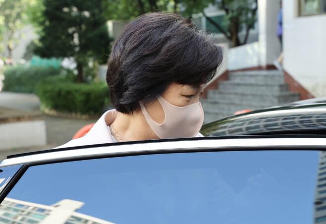 추미애 법무부 장관이 10일 오전 서울 광진구 자택을 나와 차량에 탑승하고 있다.[연합]